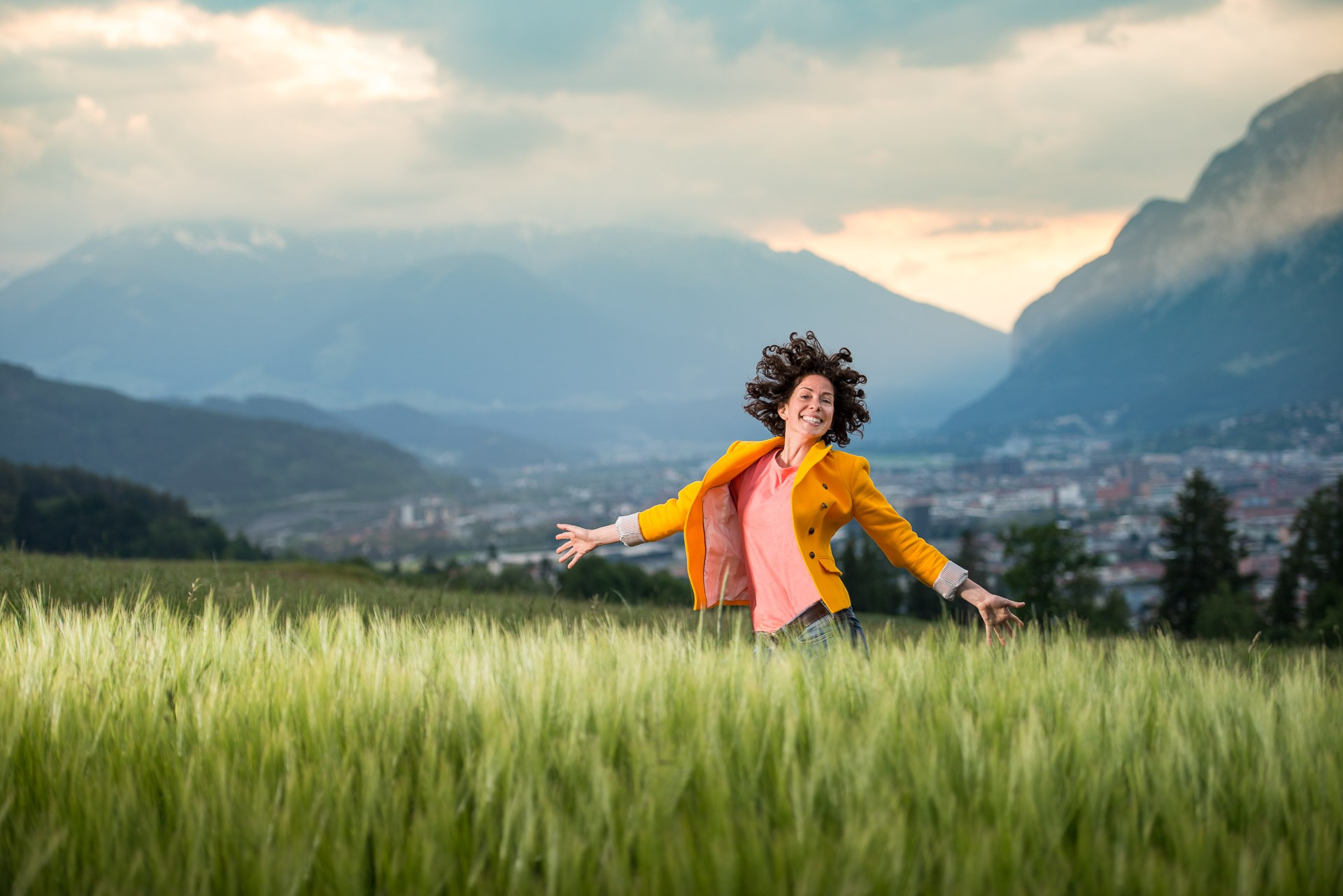 portraitfotos-portraitfotografie-outdoorshooting-abendlicht-innsbruck-fotografin-tirol