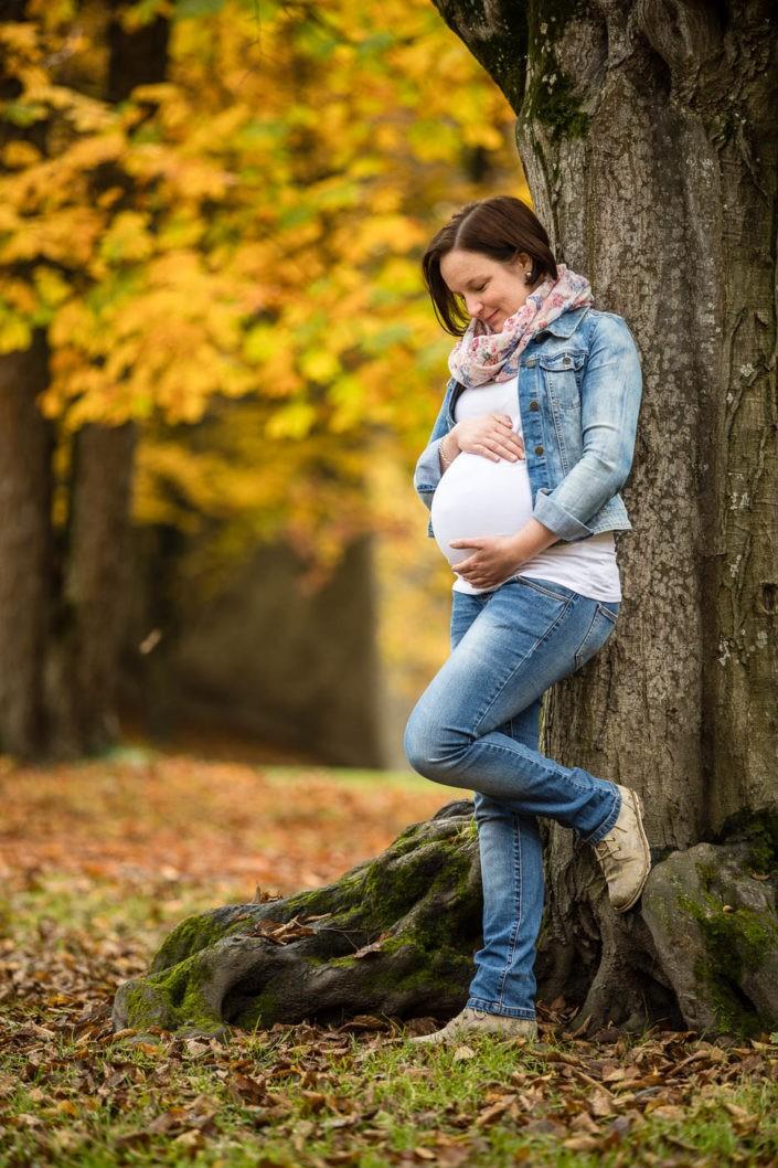 babybauchfotos-babybauchserie-schwangerschaft-fotografin-park-innsbruck-tirol