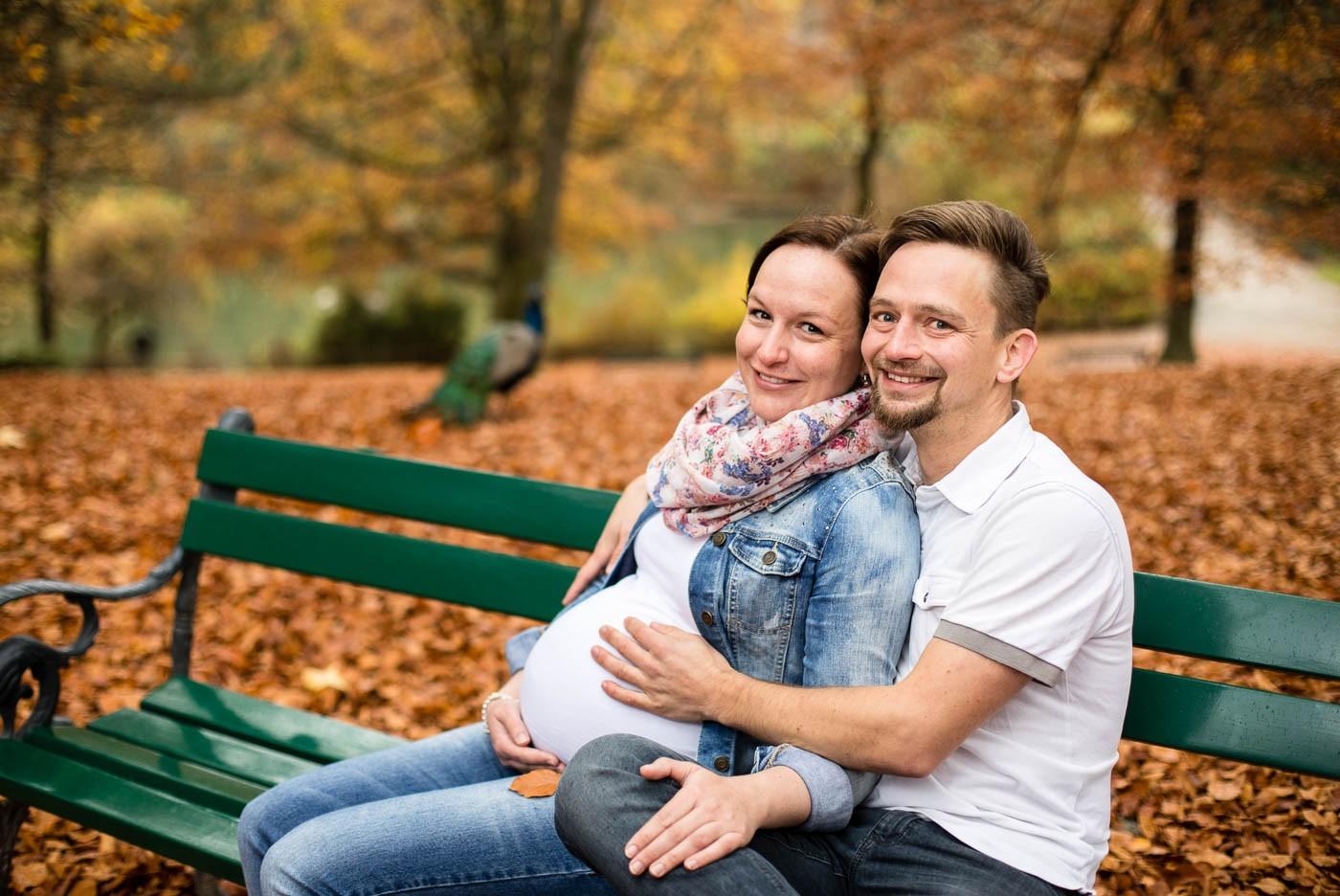babybauchshooting-herbst-paarfotos-park-stimmungsbilder-schloss-ambras-fotografin-innsbruck-tirol