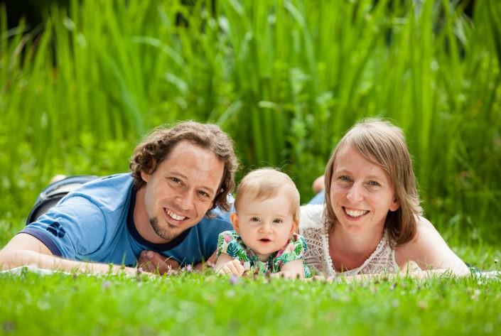 familienfotoserie-zu-dritt-fotoshooting-outdoor-familie-fotografin-tirol