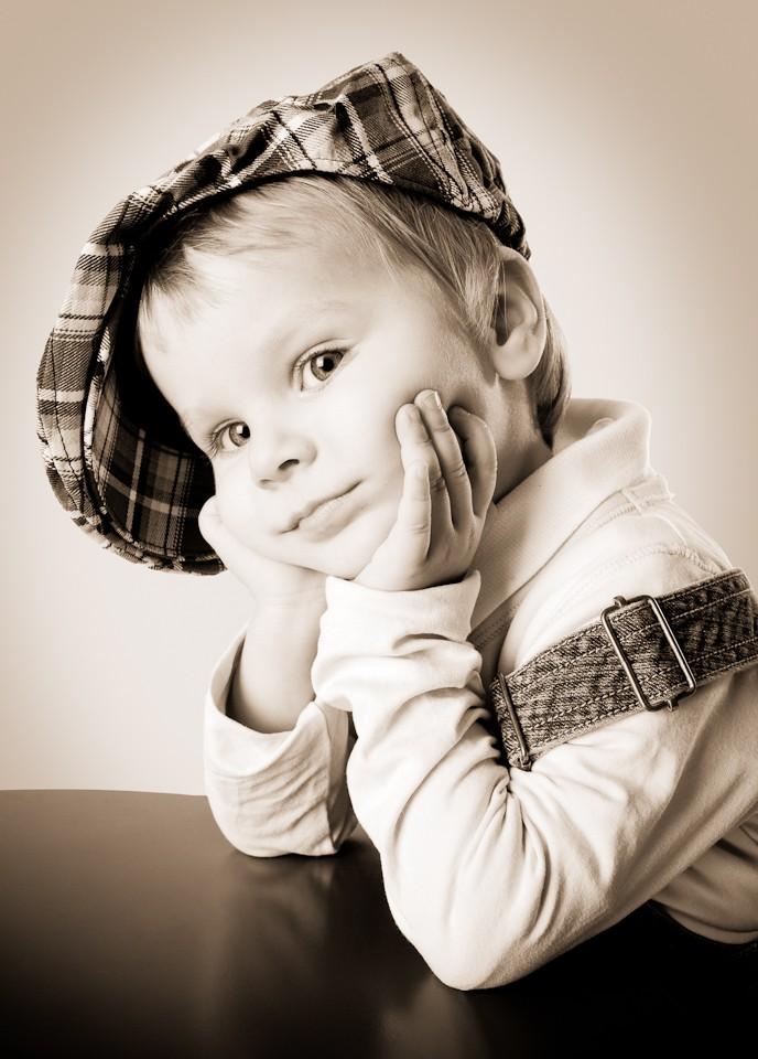 kinderfotos-kinderfotografie-mädchen-kappe-fotografin-innsbruck-tirol