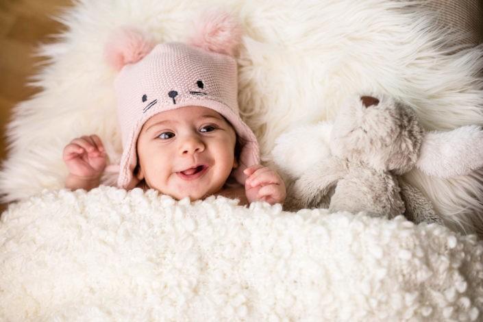 mädchen-kuscheltier-neugeborenenfotos-fotografin-fotostudio-absam-tirol
