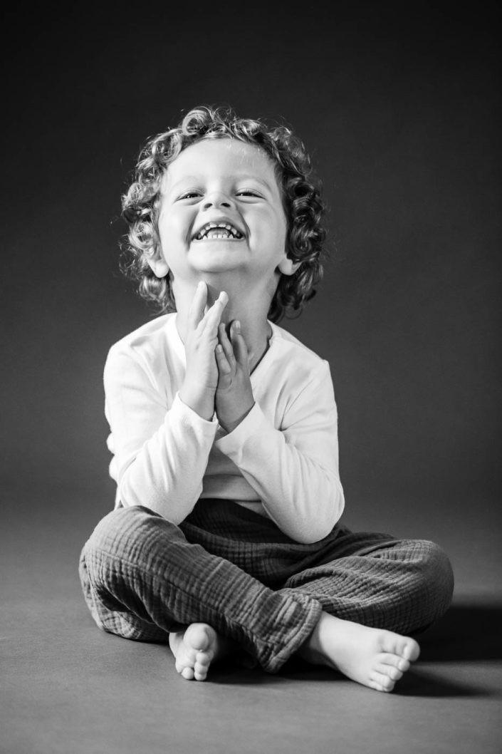 kinderlachen-junge-kinderfotos-kinderfotoserie-fotografin-fotostudio-absam-tirol