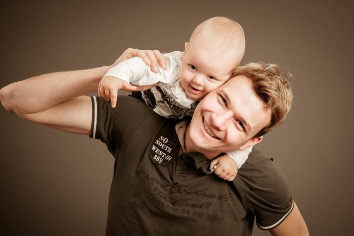 babyfotos-baby-papa-lachen-fotografin-innsbruck-tirol