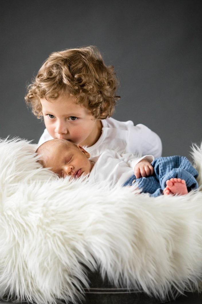 geschwisterfotos-neugeborenenfotos-fotografin-innsbruck-tirol