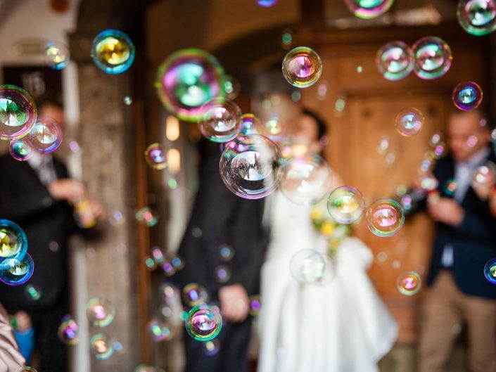 seifenblasen-brautpaar-auszug-standesamt-hochzeitsfoto-hochzeitsreportage-fotografin-innsbruck-tirol