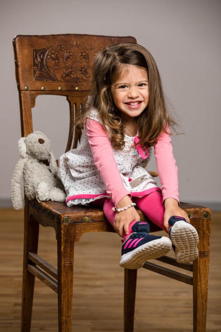 kinderfotos-kinderfotografie-maedchen-lächeln-sessel-fotografin-innsbruck-tirol