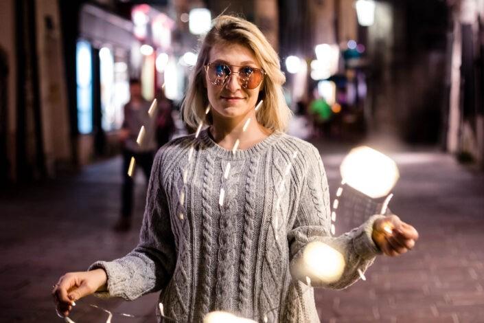 portraitfotos-outdoor-lichterkette-fotografin-innsbruck-tirol